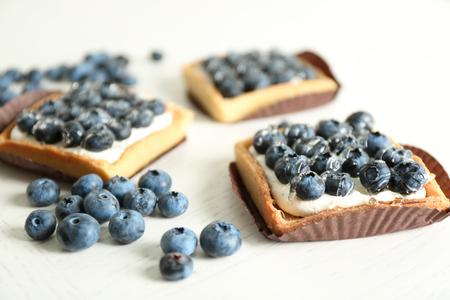Gourmet fresh blueberry tarts on table Standard-Bild
