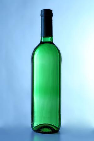 wine bottle on blue background Foto de archivo - 102592487