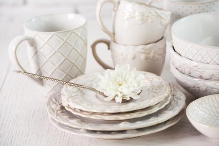 Lavar los platos en la mesa sobre fondo de pared de ladrillo