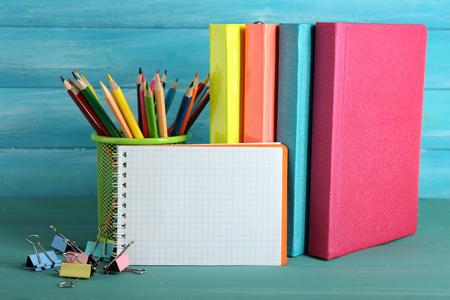 Schoolmateriaal op houten achtergrond Stockfoto