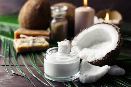 productos de spa de coco en el fondo de madera oscura