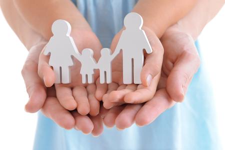 Concepto de familia unida - figuras de padres e hijos en manos de niñas y madres