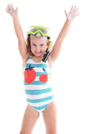 Bonne petite fille en maillot de bain rayé bleu avec masque de plongée pose sur fond blanc Banque d'images - 107086360