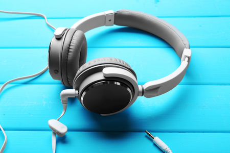 Headphones on blue wooden background Banque d'images