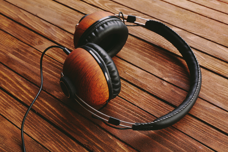 Headphones on brown wooden background Banque d'images