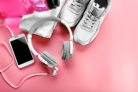 Headphones and sport equipment on pink background Banque d'images