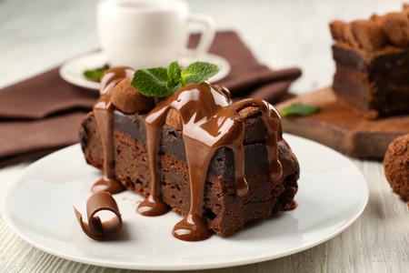 Un trozo de tarta de chocolate con menta sobre la mesa, close-up Foto de archivo