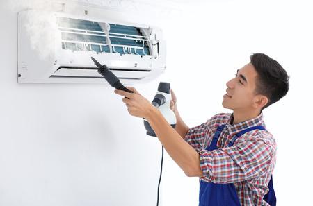 Tecnico pulizia condizionatore d'aria al chiuso