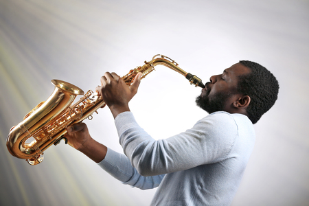 African American jazz musician playing the saxophone Standard-Bild