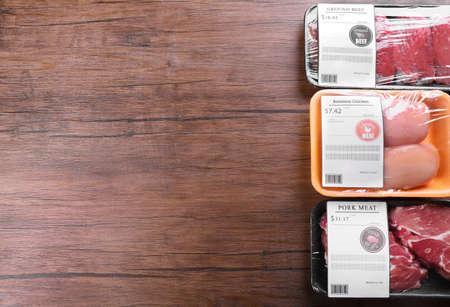 Morceaux emballés de viande de poulet, de porc et de b?uf sur fond de bois Banque d'images - 104658179