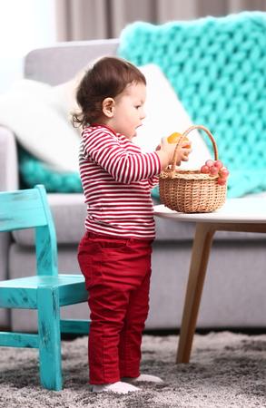 Little girl eating fruits 免版税图像