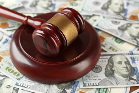 Law gavel on dollars background, closeup 版權商用圖片