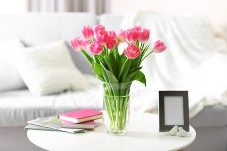 Świeży bukiet tulipanów na stoliku do kawy