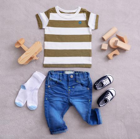 Babykleertjes op stoffenachtergrond