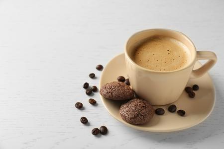 Kopje koffie met koekjes op houten tafel