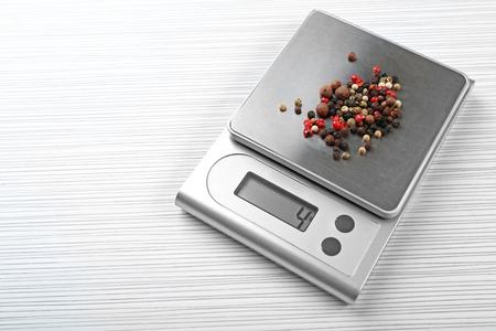Mélange de poivrons avec balance de cuisine numérique sur fond de bois