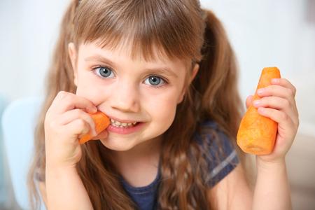 Niña, con, zanahoria, cicatrizarse