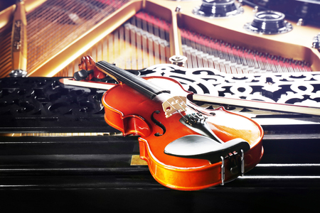 Violin lying on piano, close up Stockfoto