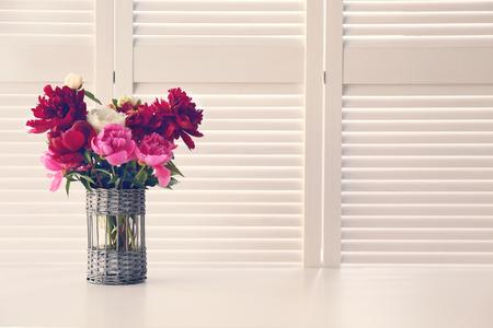 Bellissimi fiori di peonia su sfondo bianco schermo pieghevole