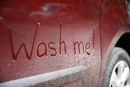 Texte écrit LAVEZ-MOI sur une voiture sale