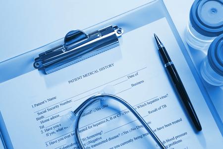 Estetoscopio e historial médico del paciente