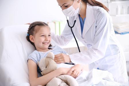 Nettes Mädchen, das Arzt besucht