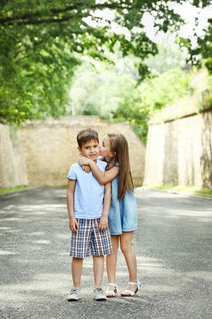 Kleine freundliche Kinder auf der Straße Standard-Bild