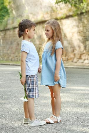 Kleine vriendelijke kinderen op straat Stockfoto