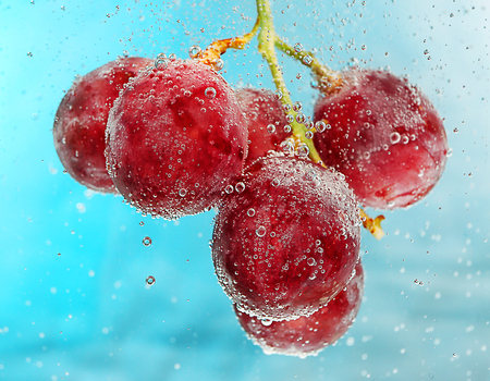 Grapes in a water on color background Archivio Fotografico