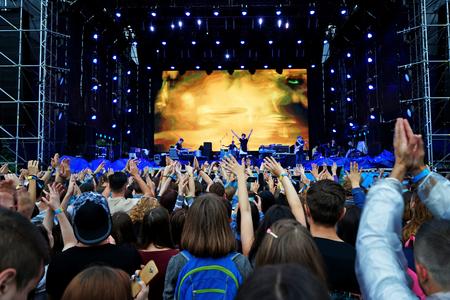 Menigte genieten van muziek tijdens een concert