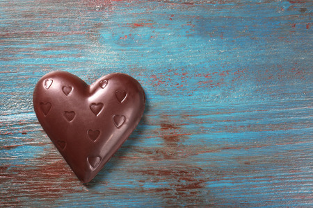 Chocolate heart on wooden background Imagens