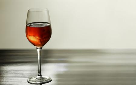 テーブルに赤ワインを入れたグラス 写真素材 - 107388690