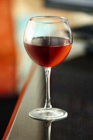 テーブルに赤ワインを入れたグラス 写真素材 - 107368546