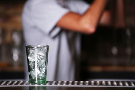 Barman preparing cocktail on bar counter 版權商用圖片