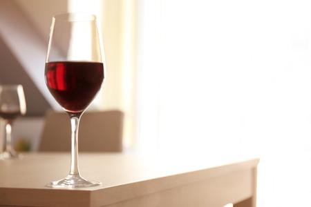 レストランのテーブルの上に赤ワインのグラス 写真素材 - 107455551
