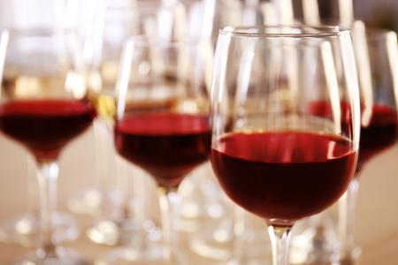 レストランのテーブルに赤と白のワインを入れたグラス 写真素材 - 107455656
