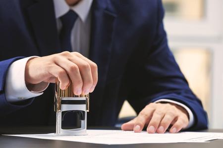 Notaris in kantoor stempeldocument