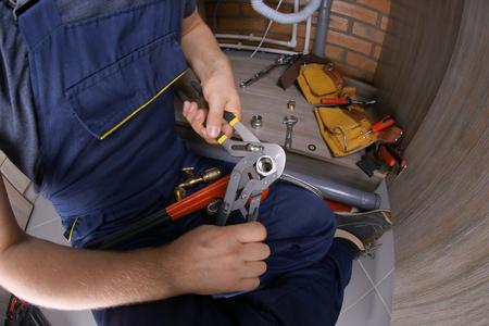 Mains de plombier raccord union de tuyau au tuyau flexible, vue rapprochée Banque d'images