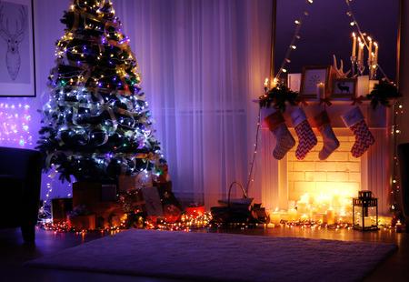 Innenraum des Wohnzimmers für Weihnachten dekoriert