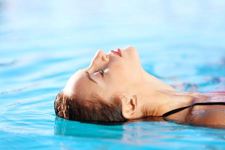 Retrato, de, hermoso, mujer joven, en, piscina Foto de archivo