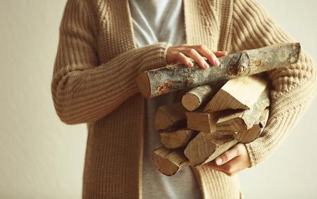 Frau, die Stapel des Brennholzes, Nahaufnahme hält Standard-Bild