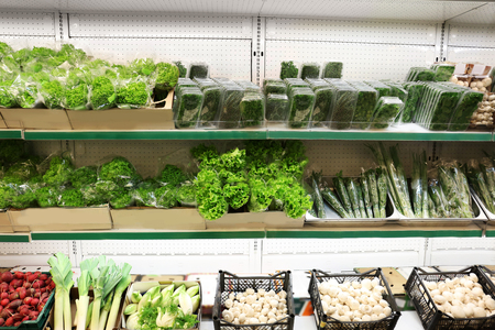 Fresh vegetables and greens in supermarket Stockfoto
