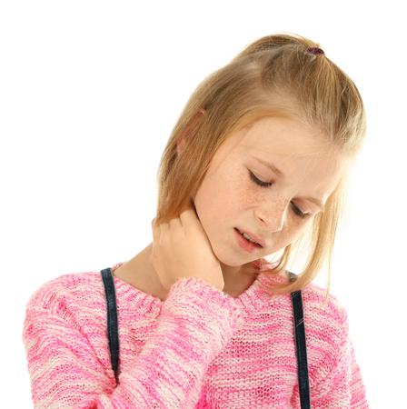 Chica molesta con dolor de cuello aislado en blanco