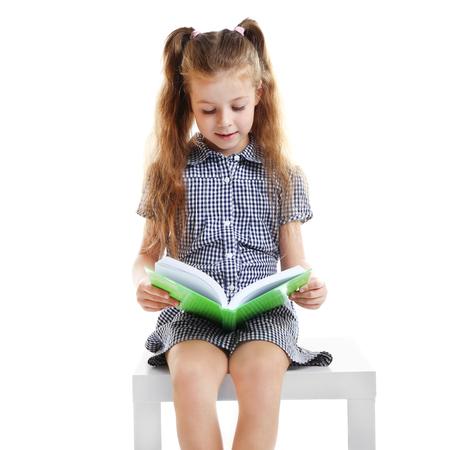 Libro de lectura linda chica sobre fondo blanco