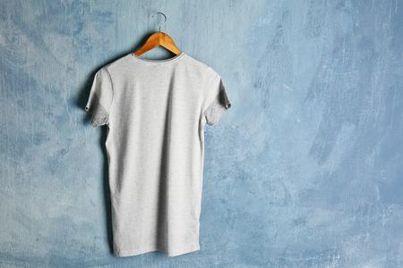 Blanco kleurent-shirt op grungeachtergrond