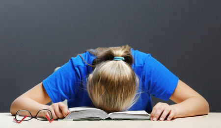 Student tired of studying in classroom 版權商用圖片 - 109513277