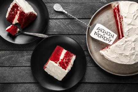 Heerlijke rode fluwelen cake gesneden op tafel Stockfoto