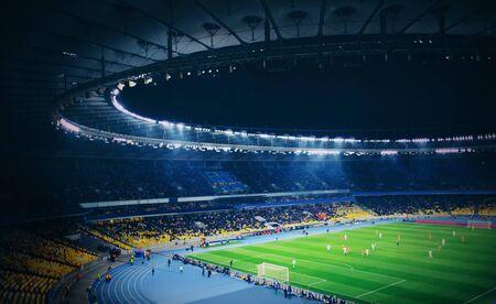 Panoramisch zicht op modern stadion tijdens voetbalwedstrijd Stockfoto