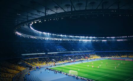 Vista panoramica dello stadio moderno durante la partita di calcio Archivio Fotografico