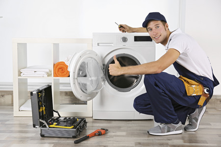 Plomero reparando lavadora